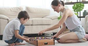 Moeder en zoon die foosball thuis spelen stock videobeelden