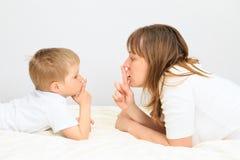 Moeder en zoon die geheim delen stock foto