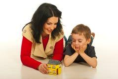 Moeder en zoon die gesprek hebben Stock Afbeelding