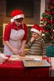 Moeder en zoon die klaar voor Kerstmis worden Stock Foto's