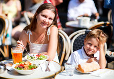 Moeder en zoon die lunch in stoeprestaurant hebben royalty-vrije stock foto