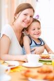 Moeder en zoon die ontbijt hebben stock fotografie