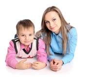 Moeder en zoon die op de vloer liggen Royalty-vrije Stock Foto's