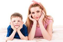 Moeder en zoon die op de vloer liggen Stock Foto's