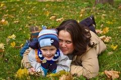 Moeder en zoon die op gras liggen Royalty-vrije Stock Afbeeldingen