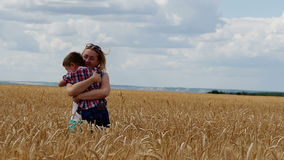 Moeder en zoon die op het tarwegebied lopen Een gelukkige familie stock video