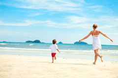 Moeder en zoon die op strand lopen Royalty-vrije Stock Foto
