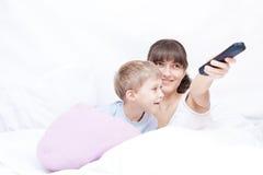Moeder en zoon die op TV letten royalty-vrije stock foto's