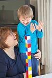 Moeder en zoon die samen spelen royalty-vrije stock foto's