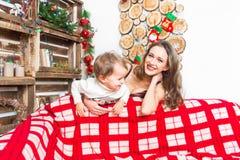 Moeder en zoon die voor Kerstmis voorbereidingen treffen Stock Foto