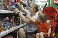 Moeder en zoon die voor speelgoed winkelen Royalty-vrije Stock Fotografie