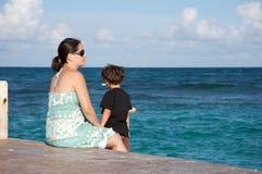 Moeder en zoon door de oceaan Stock Fotografie
