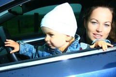 Moeder en zoon in een auto Stock Afbeeldingen