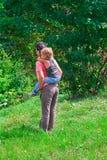 Moeder en zoon in een groen bos Royalty-vrije Stock Afbeeldingen