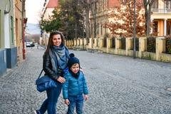 Moeder en zoon in een stad stock foto's