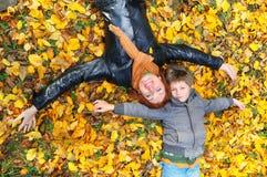 Moeder en zoon in het park Royalty-vrije Stock Fotografie