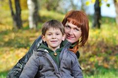 Moeder en zoon in het park stock afbeelding
