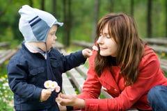 Moeder en Zoon in het park Stock Foto