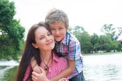 Moeder en zoon in het park stock afbeeldingen