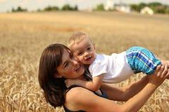 Moeder en zoon in korrel Royalty-vrije Stock Foto's