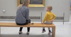 Moeder en zoon in kunstgalerie stock footage