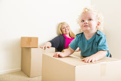 Moeder en Zoon in Lege Zaal met het Bewegen van Dozen Stock Afbeelding