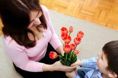 Moeder en zoon met bloemen Stock Afbeeldingen