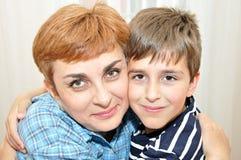 Moeder en zoon met hoofd - - hoofd Royalty-vrije Stock Afbeeldingen