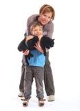 Moeder en zoon met kat Stock Afbeeldingen