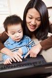 Moeder en zoon met laptop royalty-vrije stock foto's