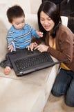 Moeder en zoon met laptop stock foto's