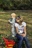 Moeder en zoon met speelgoed in het park royalty-vrije stock afbeeldingen
