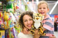 Moeder en zoon met stuk speelgoed in winkel Royalty-vrije Stock Foto