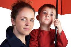 Moeder en zoon onder rode paraplu Royalty-vrije Stock Foto's