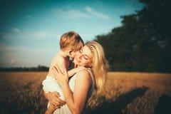 Moeder en zoon op een tarwegebied Stock Afbeelding