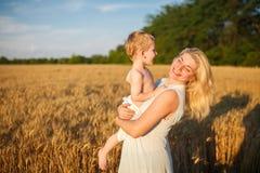 Moeder en zoon op een tarwegebied Royalty-vrije Stock Fotografie