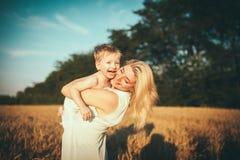 Moeder en zoon op een tarwegebied Stock Fotografie
