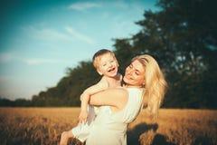 Moeder en zoon op een tarwegebied Royalty-vrije Stock Afbeelding