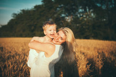 Moeder en zoon op een tarwegebied Royalty-vrije Stock Foto