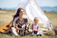 Moeder en zoon op gebied Royalty-vrije Stock Afbeeldingen
