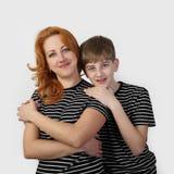 Moeder en zoon op grijs stock afbeeldingen