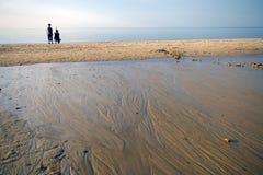 Moeder en zoon op strand Royalty-vrije Stock Foto's