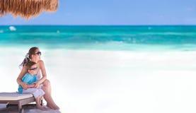 Moeder en zoon op vakantie Stock Foto's