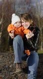Moeder en zoon in openlucht Royalty-vrije Stock Foto's