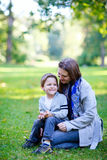 Moeder en zoon in openlucht stock foto's