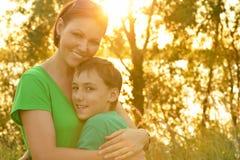 Moeder en zoon in openlucht Royalty-vrije Stock Fotografie