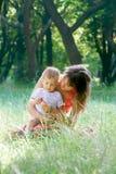 Moeder en zoon openlucht Royalty-vrije Stock Foto