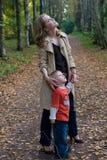 Moeder en zoon in park Royalty-vrije Stock Fotografie