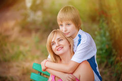 Moeder en zoon in park Stock Foto's