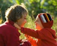 Moeder en zoon in park Royalty-vrije Stock Afbeeldingen
